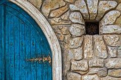 Fondo con la puerta antigua al castillo y a la pequeña ventana Foto de archivo
