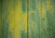 Fondo con la puerta de madera pintada de color verde amarillo Imagenes de archivo