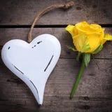 Fondo con la rosa hermosa del amarillo y el corazón decorativo fotografía de archivo libre de regalías