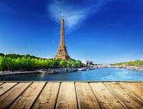 Fondo con la tavola e la torre Eiffel di legno della piattaforma immagine stock libera da diritti