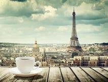 Fondo con la taza de café y de torre Eiffel en París fotos de archivo libres de regalías
