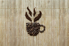Fondo con la taza hecha de los granos de café Imagen de archivo libre de regalías