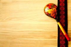 fondo con la textura del roble y de cucharas Foto de archivo libre de regalías
