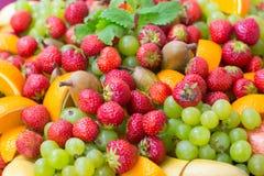Fondo con las bayas y la fruta frescas Imagenes de archivo