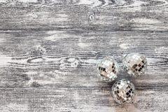 Fondo con las bolas de la Navidad del espejo en los tableros de madera grises Fotografía de archivo