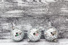 Fondo con las bolas de la Navidad del espejo en los tableros de madera grises Fotos de archivo libres de regalías