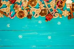 Fondo con las bolas, las galletas de la Navidad, los copos de nieve y las naranjas Imagen de archivo