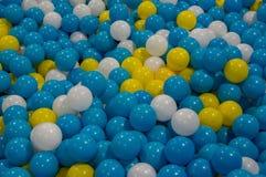 Fondo con las bolas plásticas coloridas imagen de archivo