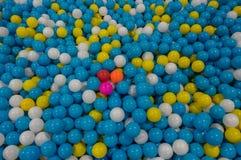 Fondo con las bolas plásticas coloridas, es juguetes para el niño, también parte 3 fotografía de archivo