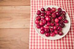 Fondo con las cerezas frescas en la tabla de madera con efecto retro del filtro Visión desde arriba Fotografía de archivo libre de regalías