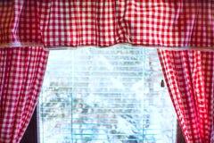 Fondo con las cortinas de las casillas blancas rojas y Foto de archivo
