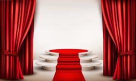 Fondo con las cortinas y la alfombra roja que llevan a un podio Imagen de archivo