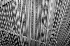 Fondo con las cuerdas debajo del tejado en tonos grises Imágenes de archivo libres de regalías