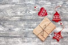 Fondo con las decoraciones de la Navidad y el paquete rojos de letras Fotos de archivo