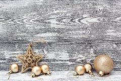 Fondo con las decoraciones de oro de la Navidad - estrella y bolas, o Imagen de archivo libre de regalías