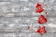Fondo con las decoraciones rojas de la Navidad en los tableros de madera grises Fotografía de archivo