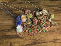Fondo con las flores secas y las velas aromáticas Imágenes de archivo libres de regalías