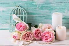 Fondo con las flores y las velas rosadas de las rosas Fotografía de archivo libre de regalías