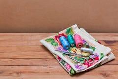 Fondo con las herramientas de costura y el hilo coloreado Fotografía de archivo libre de regalías