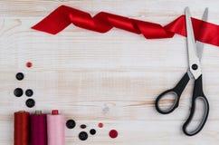Fondo con las herramientas de costura y que hacen punto Visión superior Fotos de archivo libres de regalías