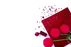 Fondo con las herramientas rojas para la costura y hecho a mano blancos Imagen de archivo libre de regalías