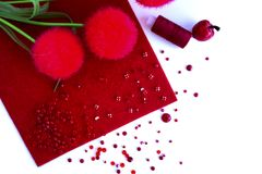 Fondo con las herramientas rojas para la costura y hecho a mano blancos Imagenes de archivo