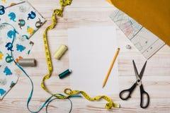 Fondo con las herramientas y los accesorios de costura o que hacen punto Foto de archivo