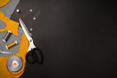 Fondo con las herramientas y los accesorios de costura y que hacen punto Foto de archivo