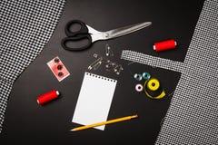 Fondo con las herramientas y los accesorios de costura y que hacen punto Foto de archivo libre de regalías