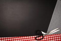 Fondo con las herramientas y los accesorios de costura y que hacen punto Imagen de archivo libre de regalías