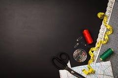 Fondo con las herramientas y los accesorios de costura y que hacen punto Imagen de archivo