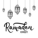 Fondo con las linternas, letras de la tarjeta de felicitación de Ramadan Kareem Ejemplo del vector para el Ramadán stock de ilustración