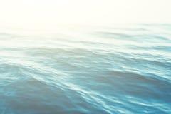 Fondo con las ondulaciones, mar, opinión del agua azul de ángulo bajo de la ola oceánica Fondo de la naturaleza del primer Foco d imagen de archivo libre de regalías