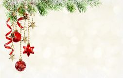 Fondo con las ramitas verdes del pino, decorati rojo colgante de la Navidad Imagen de archivo