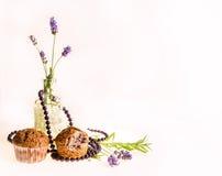 Fondo con lavanda, molletes y perlas púrpuras fotografía de archivo libre de regalías