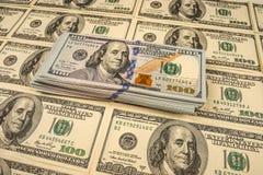 Fondo con le banconote in dollari dell'americano cento dei soldi Immagini Stock