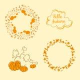 Fondo con le foglie e le zucche di autunno disegnate a mano Illustrazione Vettoriale