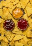 Fondo con le immersioni varie, vista superiore, fine dei chip di tortiglia del cereale su immagini stock libere da diritti