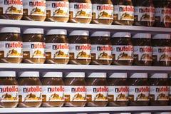 Fondo con le latte delle attrazioni ricche di noci di Nutella della pasta del cioccolato del mercato Sarona della città fotografia stock libera da diritti