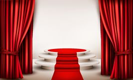 Fondo con le tende ed il tappeto rosso che conducono ad un podio Fotografie Stock Libere da Diritti