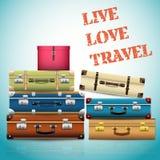Fondo con le vecchie retro valigie d'annata chiuse Fotografia Stock
