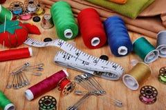 Fondo con los artículos de costura Foto de archivo libre de regalías