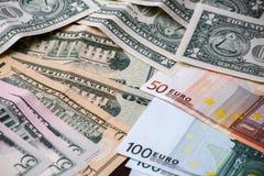 Fondo con los billetes de dólar americanos del dinero y los billetes de banco euro Fotos de archivo