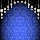 Fondo con los colgantes de perlas y de ornamentos Foto de archivo libre de regalías