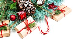 Fondo con los conos del pino, fi de las decoraciones de la Navidad o del Año Nuevo Imágenes de archivo libres de regalías
