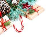 Fondo con los conos del pino, fi de las decoraciones de la Navidad o del Año Nuevo Foto de archivo