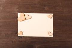 Fondo con los corazones de madera Imagen de archivo