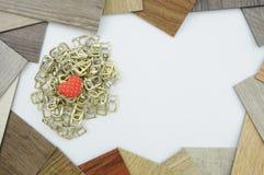 Fondo con los corazones de madera, lugar para el texto imagen de archivo libre de regalías