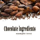 Fondo con los granos de cacao, el chocolate y las especias, primer Imagen de archivo libre de regalías