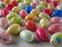 Fondo con los huevos de Pascua coloreados Foto de archivo libre de regalías
